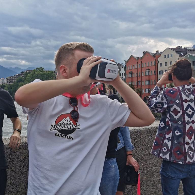 TimeTour 2 | GO User auf der Innbrücke mit VR Brille